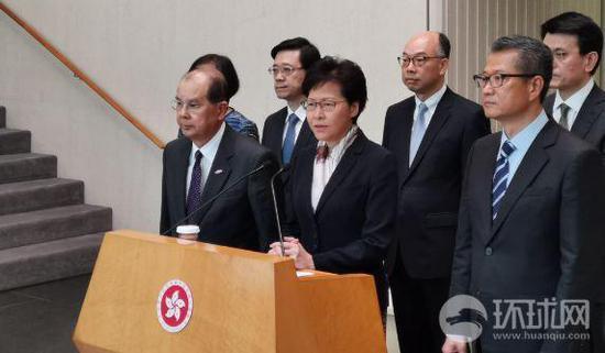 香港特首林鄭月娥(中)與政務司司長張建宗(左)和財政司司長陳茂波(右)會見媒體。楊升/攝