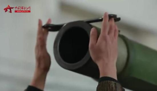 中国96A坦克秀操作:炮管托扳手如何转动都不掉(图)