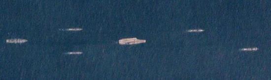 观察者网军事观察员表示,图中最大舰只即为辽宁舰,最左为呼伦湖号综合补给舰