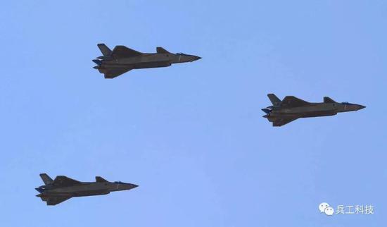 歼20与F22的空战怎么打?若远距攻击未果就退出战场