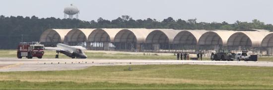 美F35战机再出事故场面滑稽:前轮意外收起机头撞地包氏三兄弟