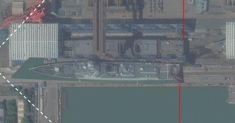 """圖中下方為052D型,上方艦身更長的為052D改進型。 感謝作者""""紅鯊""""。"""
