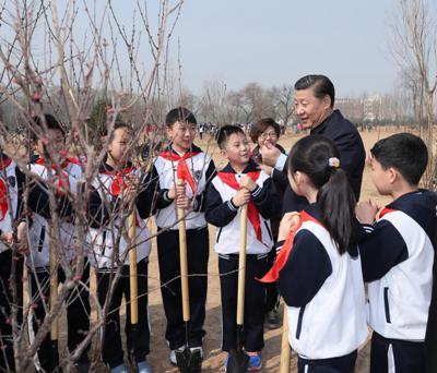 2017年3月29日,习近平同参加植树的少先队员交谈。新华社记者 鞠鹏摄