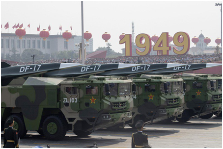 """(去年国庆大阅兵,""""东风—17""""导弹首次亮相)"""