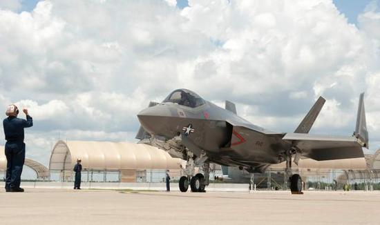 图为VFA-101中队的F-35C舰载战斗机。