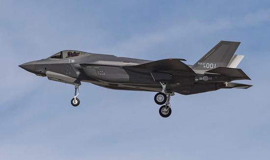 图为韩国空军的第一架F-35A。该机的产能虽高,但依旧不够用。
