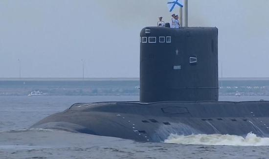 参加阅兵的俄罗斯海军常规潜艇