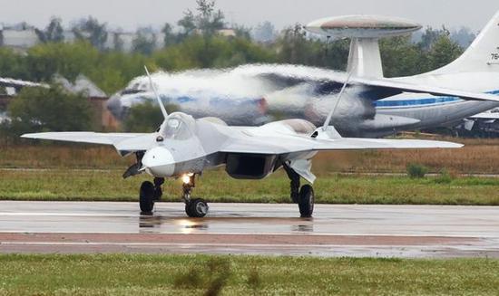 图为进行飞行表演前的苏-57战斗机。