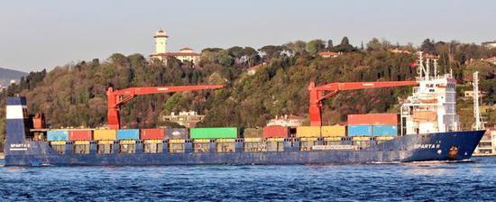 图为依旧在向叙利亚输送物资的俄自卸船。注意其中军绿色的模块化帐篷。