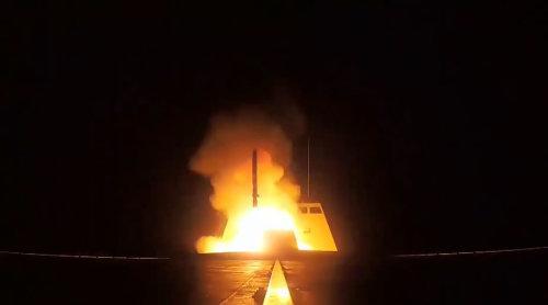 法国巡航导弹从FREMM护卫舰上冉冉升起的火光,仿佛小女孩在除夕夜划着的火柴――火光中闪烁着法兰西的大国梦,浮现出了作为列强共治世界的美好时光
