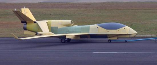 """图片:EA03""""翔龙""""无人侦察机,注意机腹的侧视雷达天线"""