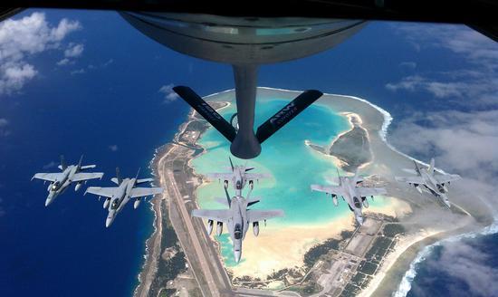 美国空军KC-135加油机与海军的F-18战斗机飞越威克岛