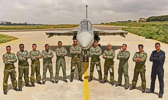 印度国产光辉战机成军 终于赶上了13年前服役的枭