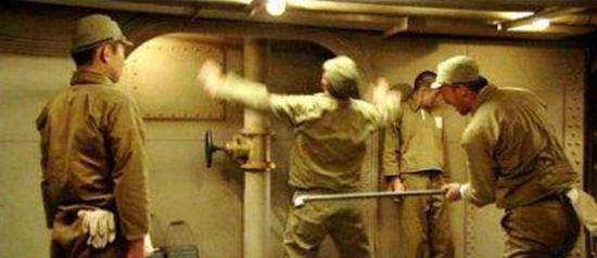 电影剧照,反映的就是日军战舰上对士兵的殴打