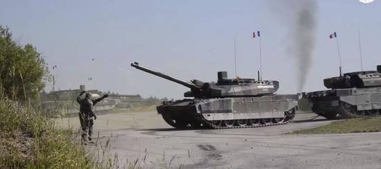 """法国车组着全套防护服牵引""""受损""""友军坦克"""