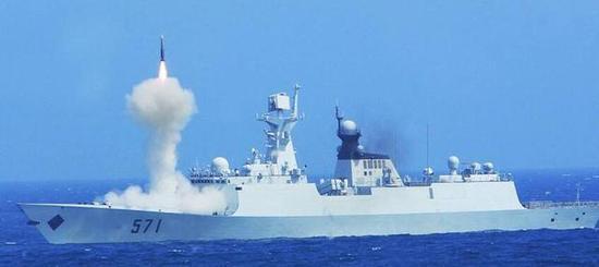 054A发射防空导弹