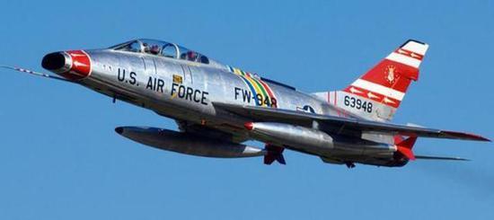 """F-100""""超级佩刀""""战斗机"""