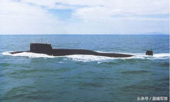 从南海出发执行战备值班任务的第二代094型战略导弹核潜艇