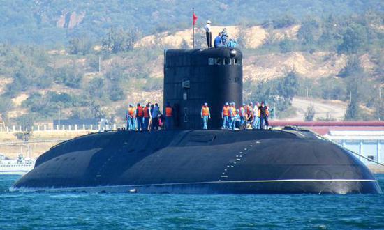 """图为越南海军购买的3艘""""基洛""""级潜艇之一。"""