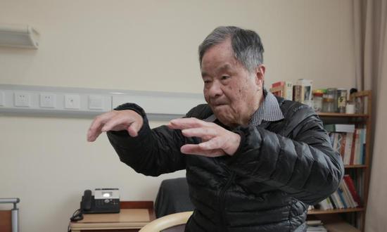 楊槱院士獨立起身練習太極推手。
