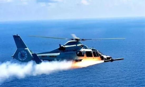 我军直9舰载直升机南海演习 发射导弹打击水面舰艇