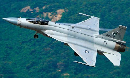 巴基斯坦配备大批枭龙战役机,数据链的参加使得飞机为虎傅翼