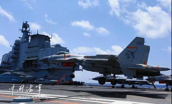 歼-15战机在辽宁舰上着陆瞬间(图片来源:中国海军网)