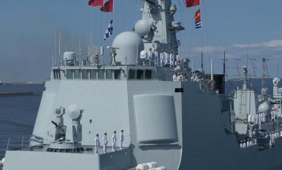 接受检阅的中国海军052C型导弹驱逐舰