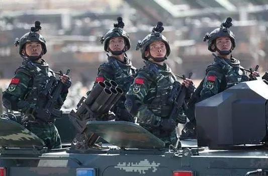 """武警在阅兵上展示""""15式武警通用头盔"""""""