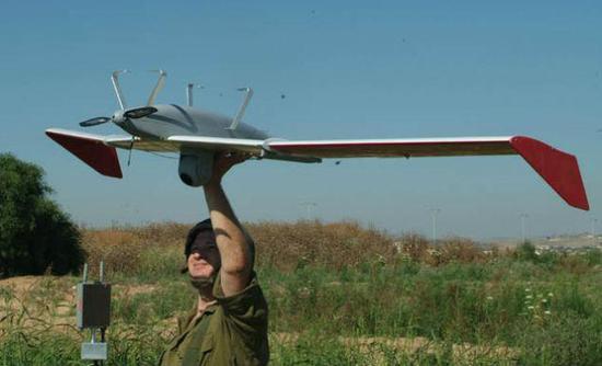 """图片:俄军士兵放飞以色列""""鸟眼""""400无人机。"""