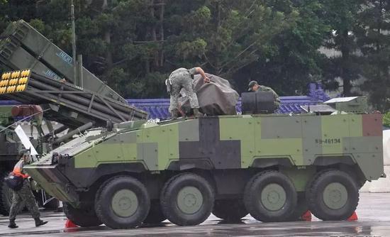 台军自制云豹战车真实战力曝光 爬不上板车竟怪路滑