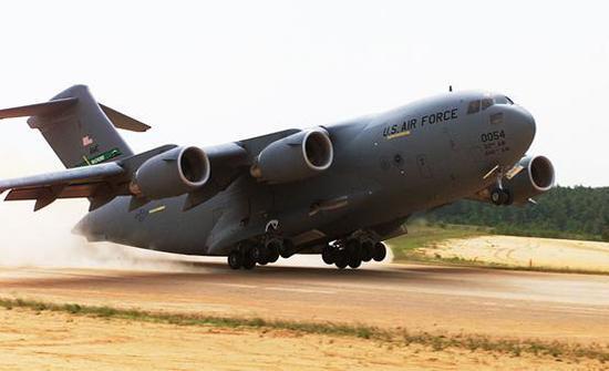 美军C-17战略运输机