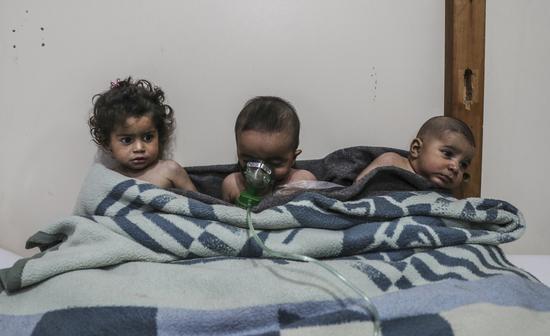 """""""白头盔""""组织发布的遭遇氯气袭击的孩童 图源:CNN"""