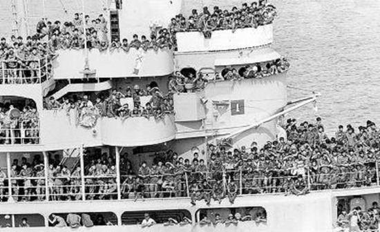 涌上客船逃难的南越人