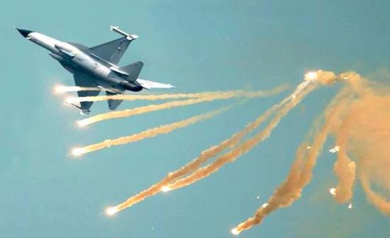 从空战性能来说,幻影2000战斗机盘旋性能更好一些