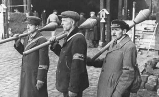 肩扛铁拳式火箭筒的德国民兵