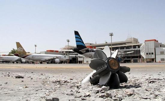 图为被困在利比亚首都的黎波里国际机场的民航班机。