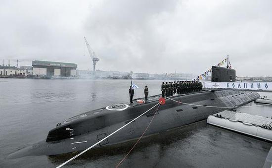 """图为俄海军基洛级常规潜艇""""科尔皮诺""""号。"""