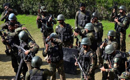 图为使用中国造56式冲锋枪的巴基斯坦陆军士兵。