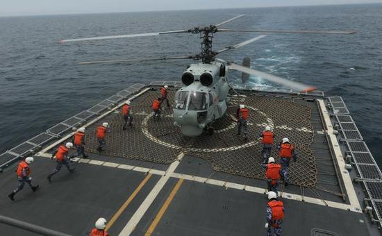 图为中国海军的卡-28反潜直升机。