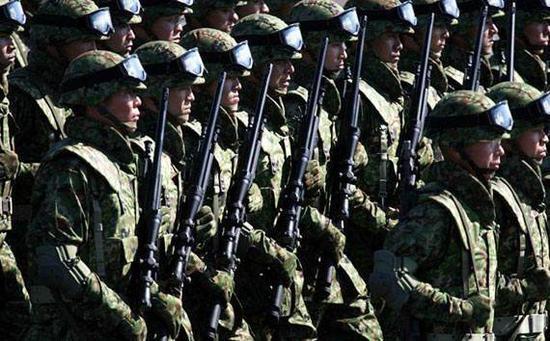 图为日本陆上自卫队军人