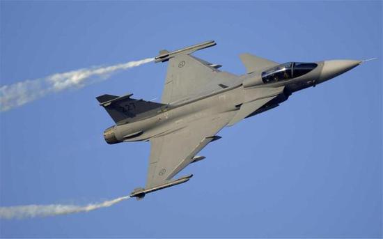 气动外形优雅的鹰狮战斗机图片