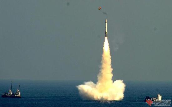 图片:B-05导弹测试老照片,导弹采用双头罩出水