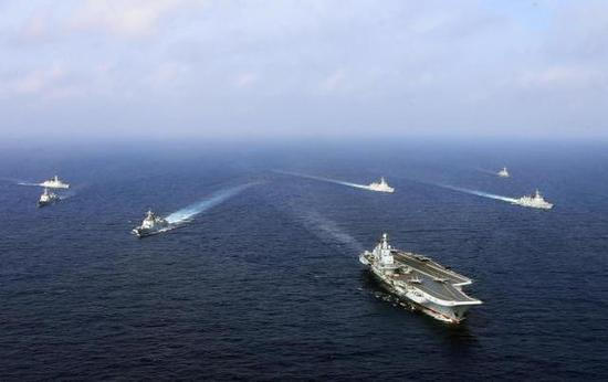 编队航行中的辽宁号航母打击群,护航舰艇是标准的4驱2护配置。