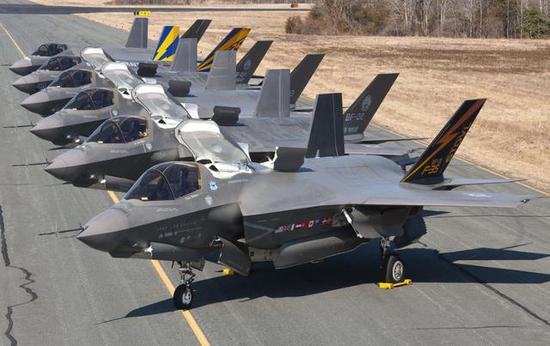 图为F-35B原型机,进气道侧面有项目参与国的国旗,土耳其也位列其中。