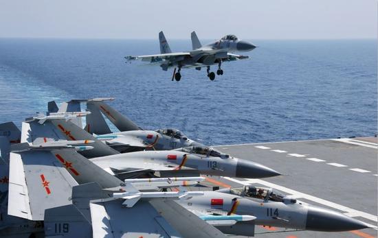 歼-15舰载战斗机准备着舰,开展海上对抗训练。张雷摄影