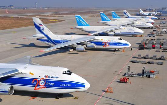 图为统一停放的俄乌两国安-124机队。