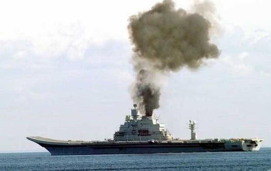 从这张图片来看,维克拉玛蒂亚号航母动力系统应该存在较大问题