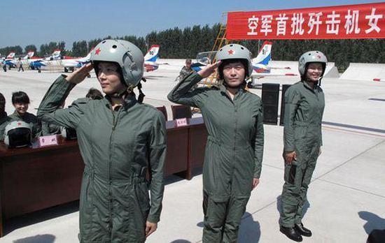中国空军首批歼击机女飞行员