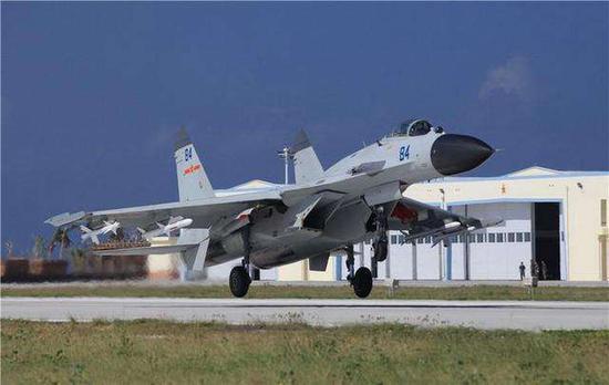 海军歼-11B战机在西沙群岛永兴岛机场降落。